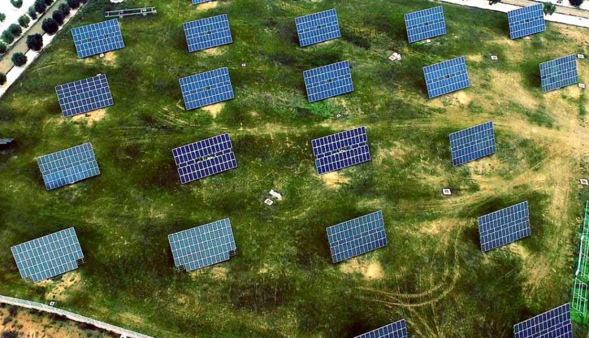 Termografía aérea con drones, localizando módulos solares defectuosos.