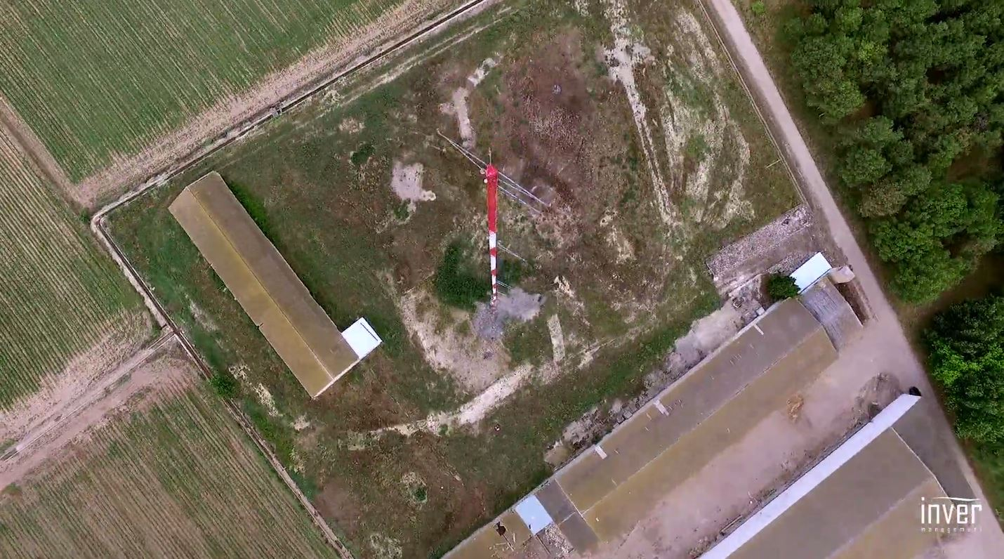 Espectacular torre de medición de recurso eólico de 100 metros de altura